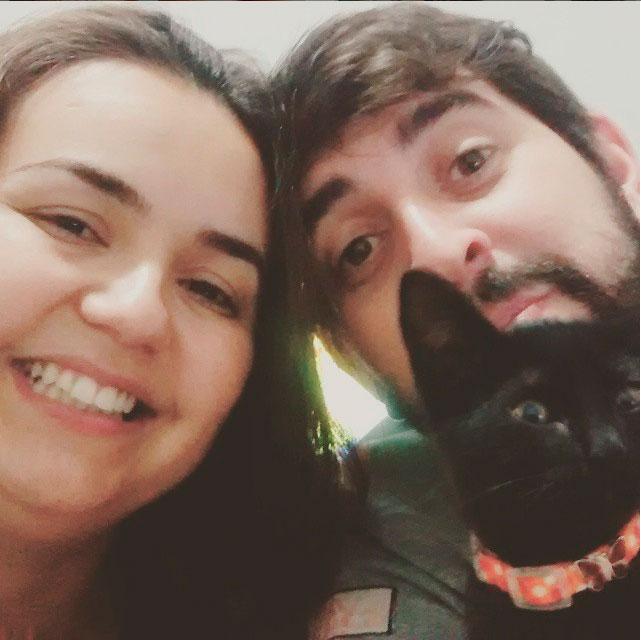 Dani, a esposa do Rafael, com ele e a gatinha Julieta